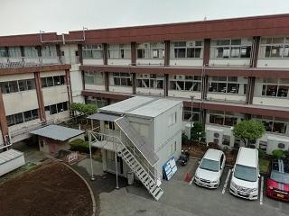 第1校舎と第2校舎の間に現場事務所設置
